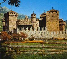 Castello di Fenis, Valle d'Aosta. 45°44′00″N 7°29′00″E