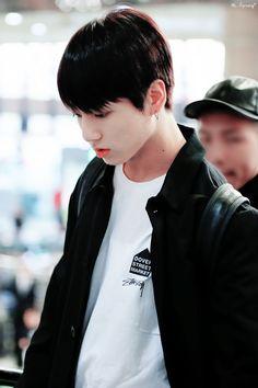 Mê mẩn với gu thời trang sân bay đơn giản nhưng bắt mắt của Jungkook (BTS) - TinNhac.com