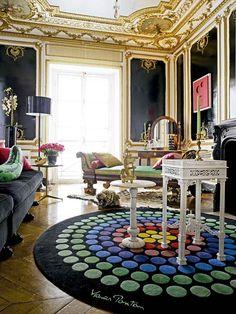 La belleza clásica de esta casa parisina situada en un edificio señorial del siglo XIX muestra elementos auténticos originales, con infinidad de antigüedades sabiamente combinadas con piezas de diseño contemporáneo y creaciones de los propietarios, Coorengel&Calvagrac.