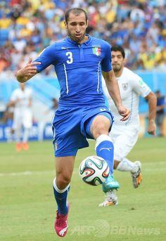 サッカーW杯ブラジル大会(2014 World Cup)グループD、イタリア対ウルグアイ。ボールをコントロールするイタリアのジョルジョ・キエッリーニ(%Giorgio Chiellini、2014年6月24日撮影)。(c)AFP/EMMANUEL DUNAND ▼25Jun2014AFP ウルグアイが16強入り果たすも、スアレスが「かみつき」行為か http://www.afpbb.com/articles/-/3018642 #Italy_Uruguay_group_D #Brazil2014