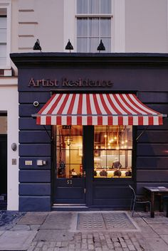 Stay at Artist Residence in London, an eclectic boutique hotel with a restaurant and cocktail bar in Pimlico, just a 5-minute walk from Victoria Station.