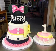 Minnie Mouse fondant birthday cake for a one year old! #fondantcake #girl #disney #mickeymouse #bakery