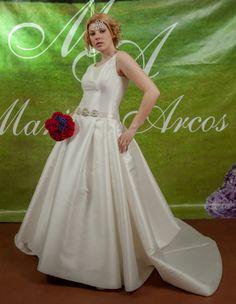 Con Alba Moreno.Ramo de novia con flores de tela, elegantes,únicos y simplemente perfectos para recordar vuestro día por siempre jamás.Algodondeluna@mail.com o 606619349