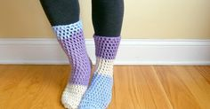 Home All Day Slipper Socks - These free crochet sock patterns are the perfect gift to those who always seem to lose a pair or who prefer to keep their toes toasty at all times. Crochet Socks Pattern, Crochet Boots, Crochet Slippers, Crochet Clothes, Crochet Baby, Free Crochet, Knit Crochet, Crochet Patterns, Crochet Ideas