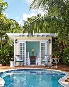 House of Turquoise. Small pool house, or just small house! Pool Bad, Tropical Pool Landscaping, Backyard Pools, Outdoor Pool, Landscaping Ideas, Outdoor Office, Backyard Landscaping, Backyard Ideas, Backyard Retreat