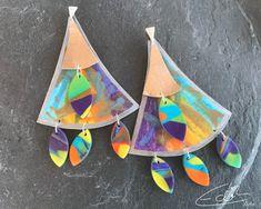 Freue mich, euch diesen Artikel aus meinem Shop bei #etsy vorzustellen: Extravagante handgefertigte fächerförmige Ohrringe aus Veganem Leder, Polymerclay und 925 Silber #schmuck #ohrhaken #statementschmuck Green And Purple, Artisan Jewelry, Glass Beads, Crochet Earrings, Dangles, Lime, Sparkle, Etsy, Jitter Glitter