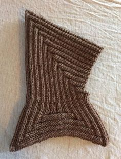 Knitting: pixie hood with cowl ~ Gratis opskrift: Pixihue med pixikrave Knitting For Kids, Baby Knitting Patterns, Crochet For Kids, Knitting Designs, Knitting Socks, Free Knitting, Knitting Projects, Crochet Baby, Knitted Hats