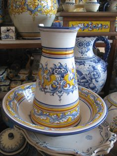 Spanish talavera shop in (surprise) Talavera de la Reina, Spain! Spanish Art, Spanish Tile, Spanish Style Homes, Ceramic Pottery, Ceramic Art, Spanish Projects, Hand Pictures, Pottery Painting, Hand Painted Ceramics