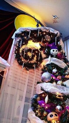Halloween Christmas Tree, Nightmare Before Christmas Decorations, Nightmare Before Christmas Halloween, Holidays Halloween, Xmas Tree, Christmas Tree Decorations, Halloween Crafts, Christmas Time, Halloween Decorations