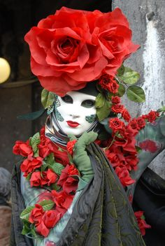 Bold and brash floral costume with the whiteness of the mask drawing the eye to the center. Venice Carnival Costumes, Mardi Gras Carnival, Venetian Carnival Masks, Carnival Of Venice, Venetian Masquerade, Venice Carnivale, Venice Mask, Clowns, Venitian Mask