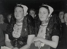 Twee vrouwen in streekdracht Axel