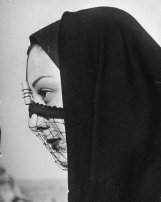 Woman in veil, Cairo, 1947. By Eliot Elisofon. S)