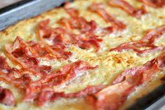 Husmorsskolan: Grädda raggmunk i långpanna! Vegetarian Recipes, Snack Recipes, Snacks, Swedish Recipes, Hawaiian Pizza, I Love Food, Wine Recipes, Bacon, Clean Eating