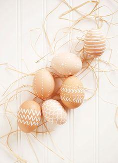 Huevos de Pascua decorados con una pluma blanca