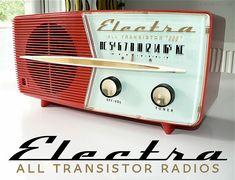 Inspired by vintage & car emblems, this retro font evokes speed and elegance. Radio Antique, Radio Vintage, Vintage Tv, Radio Record Player, Record Players, Retro Radios, Ddr Brd, American Retro, Poste Radio