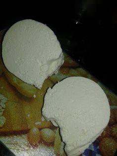 Υπέροχο σπιτικό τυράκι με γεύση και υφή σαν ανθότυρο !!! Υλικά2 λίτρα γάλα πλήρες1 κ.γ ξινό η μισό χυμό λεμονιού1 κούπα γιαούρτι πλήρεςαλάτι ανάλογα την γε Greek Recipes, My Recipes, Recipies, How To Make Cheese, Food To Make, Making Cheese, Food Hacks, Yogurt, Food Processor Recipes