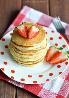 Kiedyś spróbowałam amerykańskich pancakesów, które miały w sobie chyba tonę proszku do pieczenia. Te takie nie są, nie szczypią w język 🙂 To mój ulubiony przepis, który czasem modyfikuję, w...