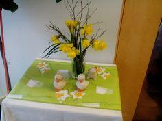 Pääsiäiseen kuuluvia kukkasia ja pääsiäistiput Juvakodin ruokasalissa.