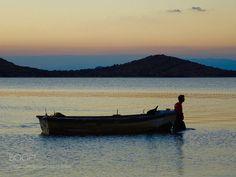 El barquero arrastra su barca by resunando