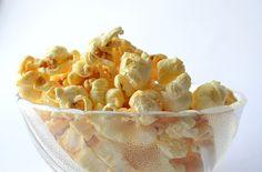 Popcorn gehört für viele bei einem Kinobesuch oder bei einem Filmeabend auf der heimischen Couch unbedingt dazu, aber auch auf Partys und bei Kindergeburtstagen wird gerne Popcorn gegessen. Während in beispielsweise den USA, Südamerika, Skandinavien oder Spanien aber vor allem gesalzenes Popcorn gegessen wird, ist hierzulande gezuckertes, karamellisiertes oder mit Honig gesüßtes Popcorn am weitesten verbreitet. Dabei ist Popcorn mittlerweile in unterschiedlichen Varianten erhältlich. So gibt…
