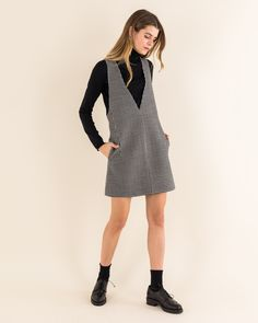 V-neck pinafore dress in pied de poule - Women's Clothing Online Made in Italy Classy Outfits, Casual Outfits, Cute Outfits, Fashion Outfits, Womens Fashion, Fashion Ideas, Stan Smith Outfit, Dress Over Pants, Jumper Outfit