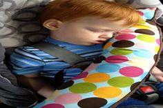 Un coussin de voyage qui recouvre la ceinture de sécurité