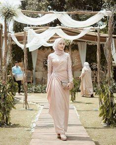 25 New Ideas For Dress Hijab Party Fashion Hijab Outfit, Hijab Prom Dress, Dress Brukat, Hijab Gown, Muslimah Wedding Dress, Dress Flower, Hijab Style Dress, Muslim Wedding Dresses, Dress Outfits