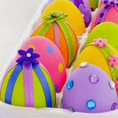 Easter Crafts - elegant egg decorations - Pinned for Kidfolio, the parenting mobile app that makes sharing a snap. #easter #craft