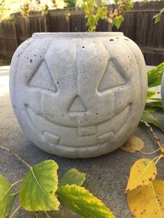 Transform a Candy Bucket Into a Concrete Pumpkin Planter: 4 Steps (with Pictures) Scary Halloween Decorations, Halloween Candy, Fall Halloween, Fall Decorations, Halloween Stuff, Halloween Crafts, Diy Cement Planters, Cement Crafts, Wall Planters