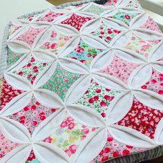 "5 Likes, 1 Comments - Syungsyungee (@syungsyungee2239) on Instagram: ""성당창문 #handsewing #quilt #handmade #cathedralwindow #성당창문"""