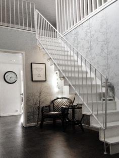 Vi har skapat en fin och stor entréhall med högt tak i huset. Sen fortsätter den hallen in mot köket, d.