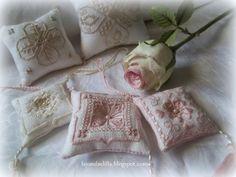 Lavanda e Lillà: Ancora Teiere....e il Mercatino Pin Cushions, Pillows, Cute Little Things, Hand Embroidery, Tatting, Cross Stitch, Gift Wrapping, Soap, Sewing
