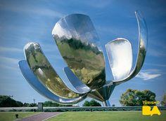 La Floralis Genérica es uno de los monumentos más curiosos de la ciudad,a metros de la Facultad de Derecho de la UBA.