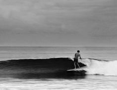 Η παραλία, τα κορίτσια με το surf, ανοικτός γαλάζιος ορίζοντας, τοdeck ενός ιστιοφόρου, εικόνες που επιβεβαιώνουν το κλασικό.Summertime and the living is easy…