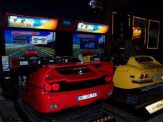 Une bien belle borne d'arcade d'Outrun avec en 1er plan le cockpit d'une Ferrari F50