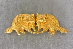 You are looking at a VINTAGE Almost 6 Long (at 5 1/2) MIMI DI N 1973 Interlocking Kissing RACOONS BELT BUCKLE done in Gold-tone Metal, SIGNED.  SUPER CUTE, ADORABLE AND GORGEOUS!!!!!  A true collectors item, sculpted and expertly crafted, this belt buckle features a pair of standing pelican birds facing each other.  Each pelican sculpture measures 2 3/4 long by 2 tall, for a total of 5 1/2 in length when interlocked (from the tip of one tail to the tip of the other).  Signed MI...