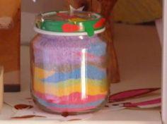 Le sel de couleur Nous avons écrasé de la craie, nous avons rajouté du sel et nous avons mélangé. Nous avons obtenu plusieurs couleurs. Nous avons ensuite versé le sel dans des pots avec un entonnoir en changeant de couleur. Nous avons rajouté un couvercle.
