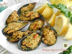 Stuffed au gratin mussels ♡ The stuffed baked gratin mussels are the fish appetizer that I prepare very often because they like it so much in the family. Molluscs of mussels gath. Squid Dishes, Antipasto, Yummy Food, Tasty, Mussels, Fish And Seafood, Tandoori Chicken, Fish Recipes, Italian Recipes