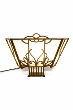 Klassieke wandlampen. Antiek wandlampje met oud glas uit ca. 1910. Kom bij Lamplord kijken als je ook een liefhebber bent van Antieke Verlichting. Groot assortiment, degelijke kennis, snelle levering!