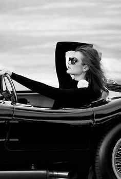 Black and White Photography of Women: How Take Beautiful Pictures – Black and White Photography Patrick Demarchelier, Black White Photos, Black And White Photography, Photo D Art, Monochrom, Poses, Car Girls, Look Fashion, Travel Style