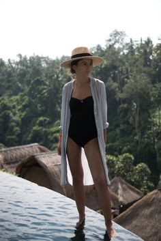 elegant black one-piece swimsuit paired with a summer hat ♥ Pool Outfits, Short Outfits, Summer Outfits, Vacation Outfits, Bali Fashion, Look Fashion, Lacoste, Sud Express, Look 2018