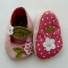 Felt Pink Cherry Blossom Mary Janes - so delicious Sewing For Kids, Baby Sewing, Tricot D'art, Felt Baby Shoes, Shoe Pattern, Baby Shoes Pattern, Felted Slippers, Baby Booties, Baby Sandals