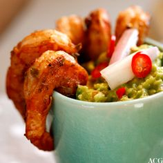 Spicy scampi, eller reker, krydret med tacokrydder. Servert med mild guacamole og crispy maischips - trenger egentlig ikke mer når man er litt småkjesken. Scampi, Guacamole, Chili, Mexican, Snacks, Ethnic Recipes, Food, Appetizers, Chile