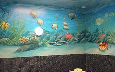 Wandbild einer Unterwasserwelt in einem Spa.