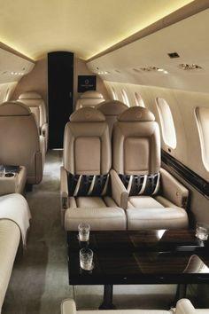jet fly privé avec sièges en cuir beige