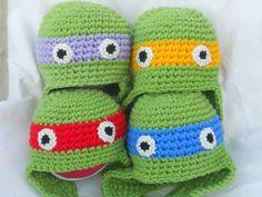 Cappellini stile aviatore rappresentanti le tartarughe ninja realizzati all'uncinetto