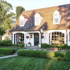 Exterior house colors for stucco homes 00022 Home Renovation, Home Remodeling, Future House, Colonial Style Homes, Cape Style Homes, New England Homes, New England Cottage, England Houses, Dream House Exterior