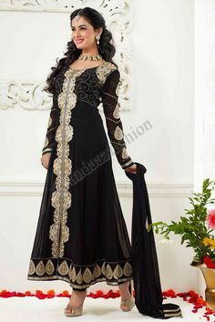Noir Georgette Anarkali Suits Suit design No. DMV13141 Prix: - Type de 69,38 € Robe: Anarkali Suits Suit Tissu: Georgette Couleur: Noir Décoration: Pierre, Zari, Zircon, costumes complets de manches pour plus de détails: - http://www.andaazfashion.fr/black-georgette-anarkali-churidar-suit-with-black-chiffon-dupatta-dmv13141.html