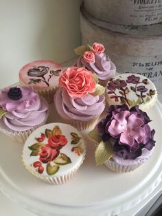 Mix of handpainted and sugarcraft end flowers by cake designer Grandmakay
