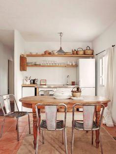 Una cocina abierta al salón en blanco y madera. #hometour en Ibiza